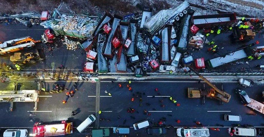 Tragiczny karambol w Chinach – zginęło 17 osób, a 37 zostało rannych
