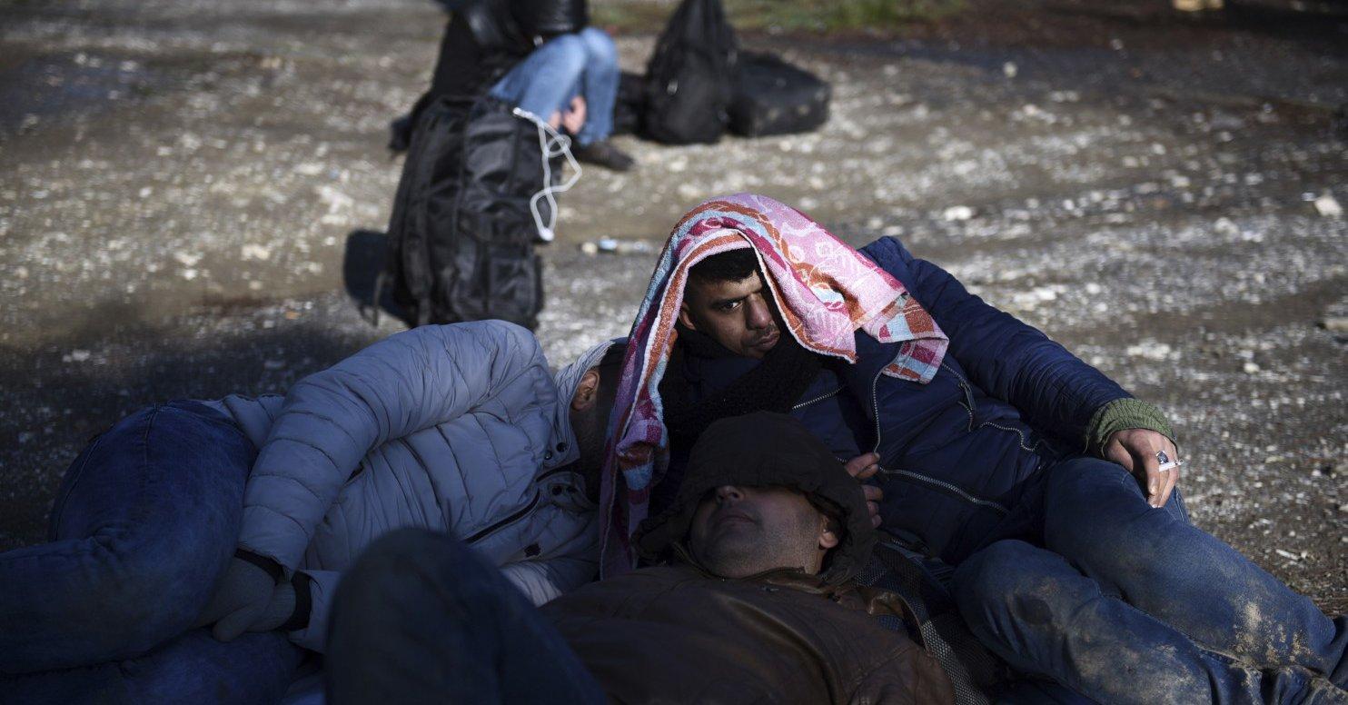 Włochy:  Kilkunastu migrantów rzuciło się ze statku do wody, by wpław dotrzeć na brzeg