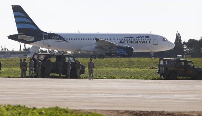 Pasażerowie i załoga porwanego samolotu uwolnieni. Aresztowano porywaczy