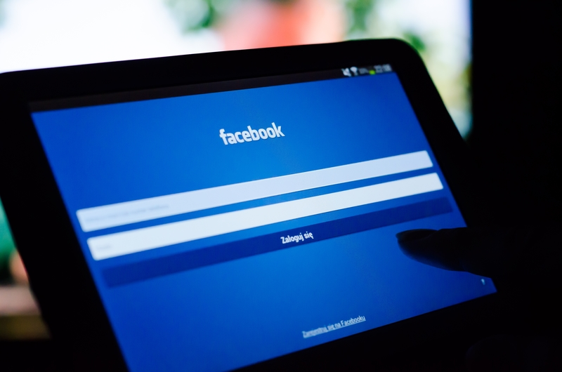 Facebook przed wyborami blokuje konta