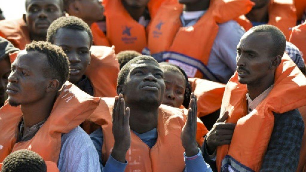Sytuacja statku z ponad setką migrantów z Afryki na pokładzie coraz trudniejsza