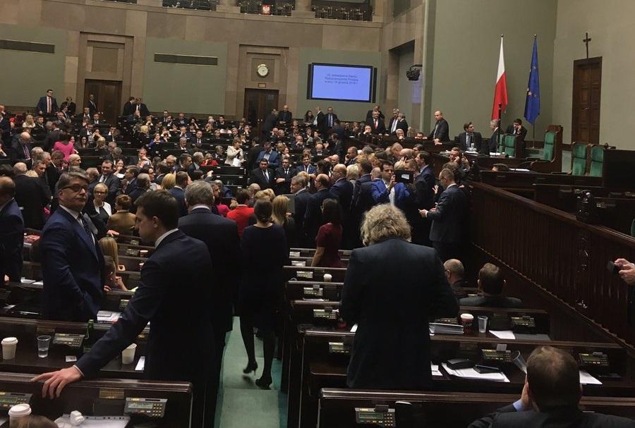 Awantura w Sejmie – posłowie opozycji okupują mównicę!
