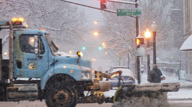 Odwołane loty i wypadki na drogach to efekt niedzielnych opadów śniegu w Chicago
