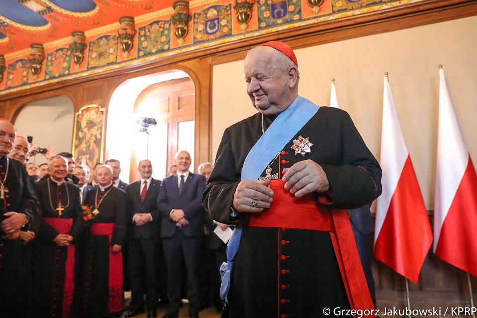 """Kardynał Dziwisz i arcybiskup Depo solidarni z arcybiskupem Jędraszewskim, który mówił o """"tęczowej zarazie"""""""