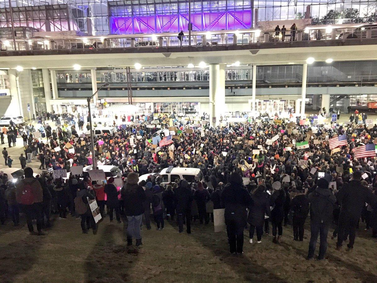"""Protesty na amerykańskich lotniskach: """"Pozwólcie im przyjechać"""""""