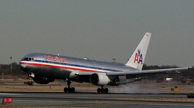 Pasażer próbował otworzyć drzwi samolotu w trakcie lotu