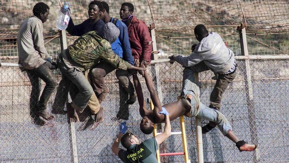 Czterystu imigrantów przedostało się do Ceuty