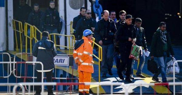 Włochy: Imigranci zamienili rejs promem w koszmar