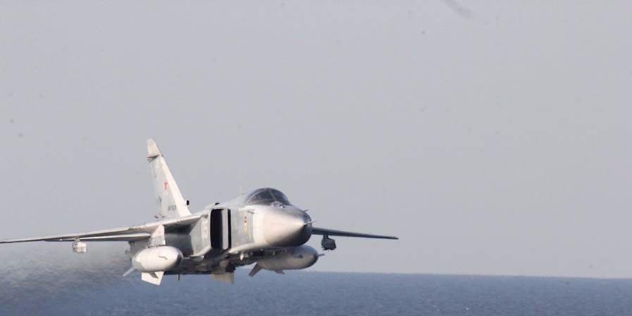 Rosyjskie myśliwce w niewielkiej odległości od niszczyciela marynarki wojennej USA