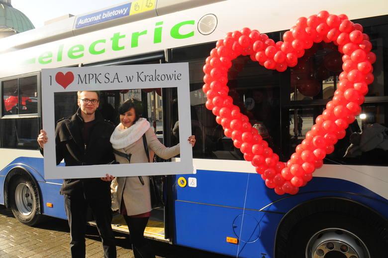 Walentynkowy autobus na Rynku Głównym w Krakowie