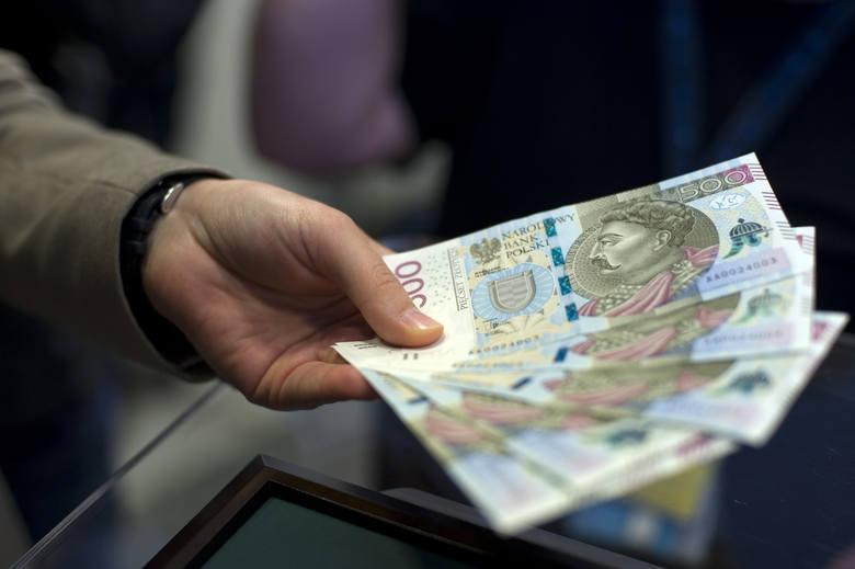 nowy sposób działania oszustów na Wybrzeżu: Płacą banknotem o dużym nominale i wszczynają awantury