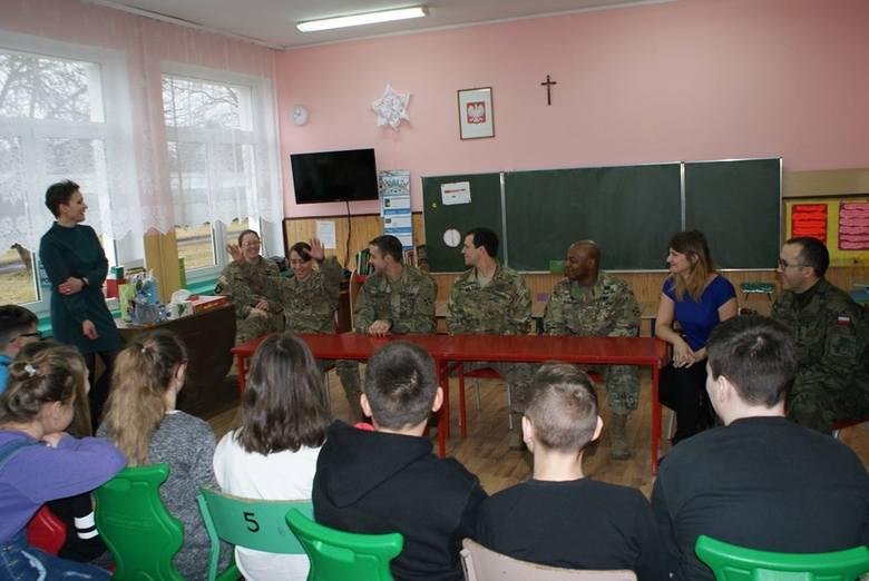 Amerykańscy żołnierze uczą angielskiego w Żaganiu