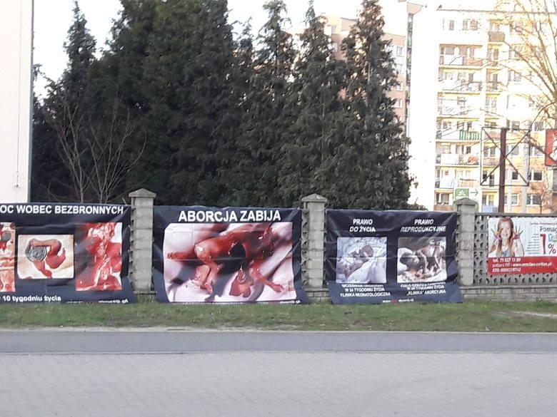 Zdjęcia zakrwawionych płodów na murze przy wrocławskim kościele
