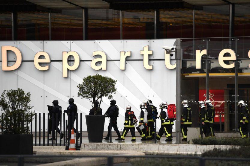 Niedoszły zamachowiec zastrzelony na lotnisku Orly, antyterroryści wciąż działają