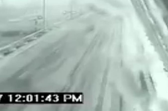 Blisko tragedii. Na śliskiej drodze zarzuciło ciężarówką (wideo)