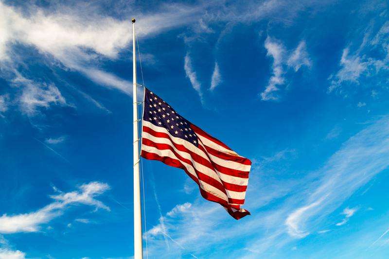 Flagi w Michigan opuszczone do połowy masztu po śmierci pilota