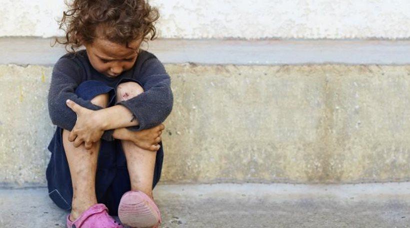 Małopolska: 3,5-letni chłopiec błąkał się po ulicy w Radłowie. Postanowił zabawić się w chowanego. Zrobił to skutecznie…