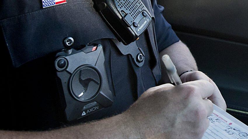Kamery przy mundurach przynoszą korzyści. Pierwszy raport policji w Bostonie