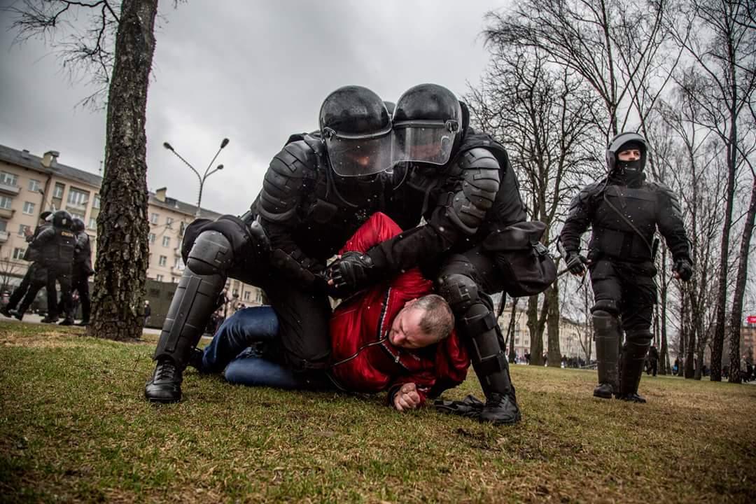 Masowe aresztowania demonstrantów w Mińsku