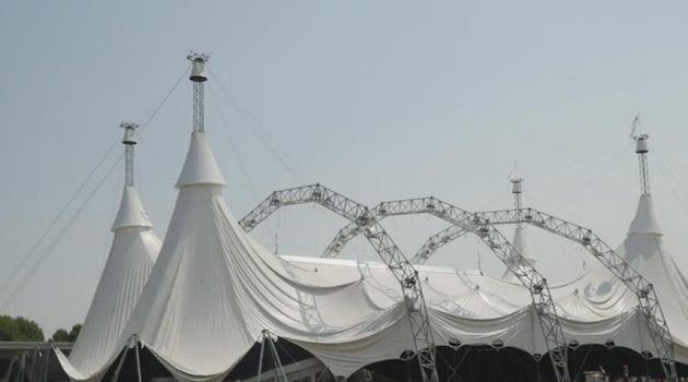 Największy na świecie namiot ustawiono przed Soldier Field