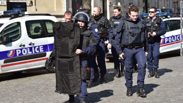 Francja zakazuje demonstracji po zabójstwie 4 pracowników paryskiej prefektury