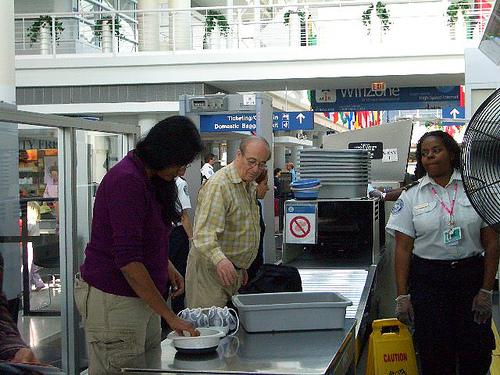 """Tysiące dolarów """"zapomnianych"""" przez pasażerów na amerykańskich lotniskach"""