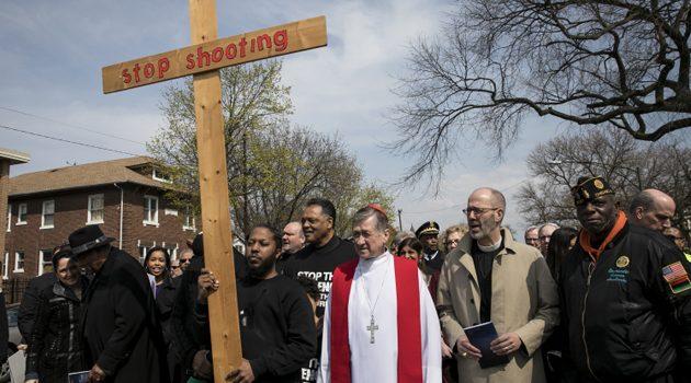 Kardynał Blase Cupich przewodził drodze krzyżowej i marszowi o pokój w dzielnicy Englewood