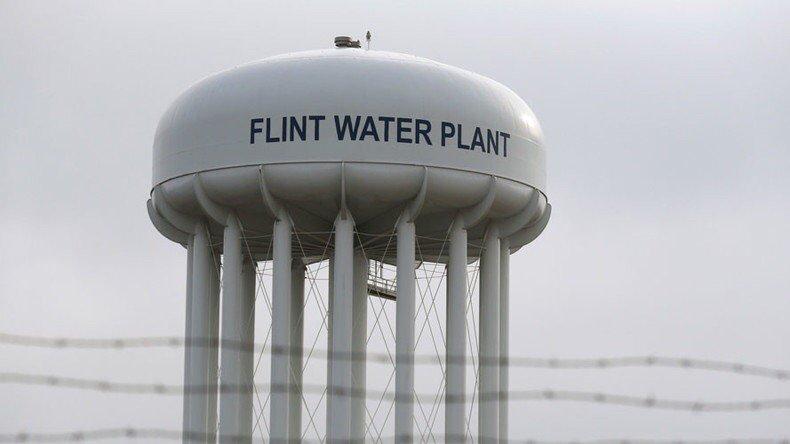 Protest przed biurem gubernatora Michigan. Ludzie chcą darmowych butelek z wodą