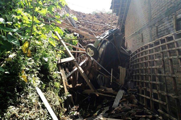 Ulewy i osunięcia ziemi w Indonezji pochłaniają kolejne ofiary