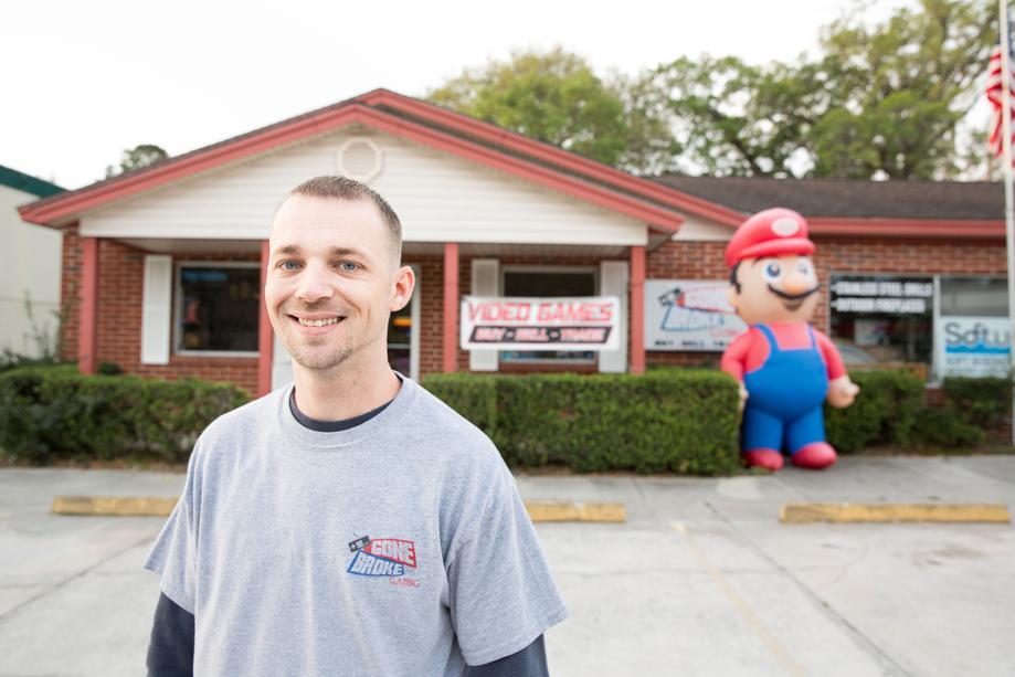 Właściciel sklepu z grami pozwał miasteczko. Chodzi o nadmuchiwanego Mario