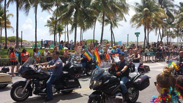 Tysiące ludzi na paradzie gejów w Miami Beach