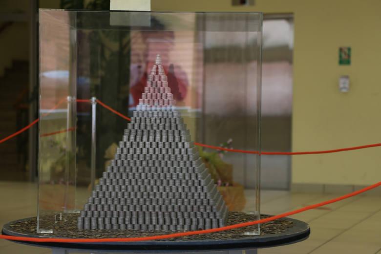 Piramida z 65 tysięcy monet