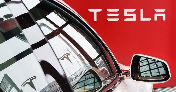 Tesla stanęła w płomieniach, zginęło dwóch 18-latków