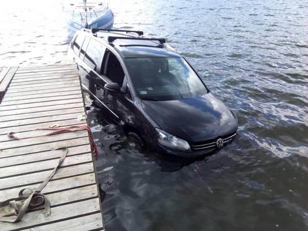 Zaparkował auto w… jeziorze