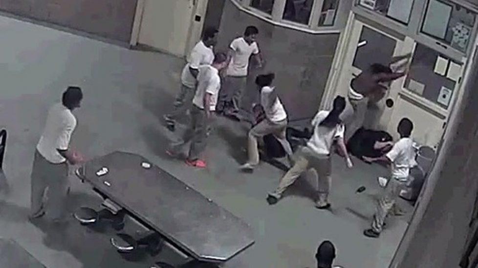 Trzech więźniów oskarżonych o próbę morderstwa strażników (video)