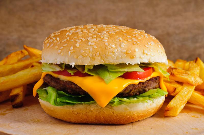 Naukowcy ostrzegają: Jedzenie fast foodów niekorzystnie wpływa na nasze zdrowie psychiczne