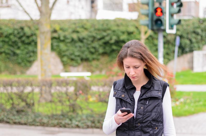 Mandat za używanie telefonu na przejściu dla pieszych?