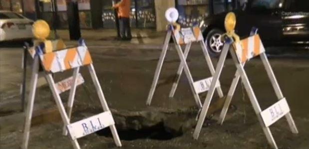 W Chicago samochód wpadł w dziurę w jezdni, jedna osoba ranna