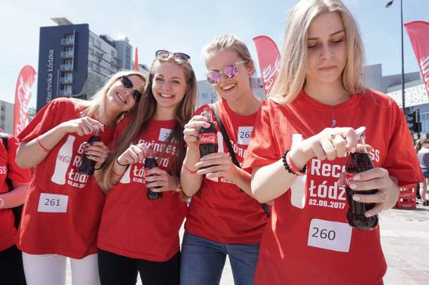 Rekord Guinnessa! Studenci otworzyli tysiąc butelek Coca Coli