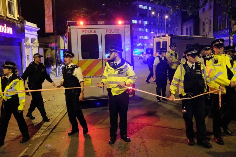 Londyn: Samochód wjechał w ludzi przed meczetem. Nie żyje jedna osoba, osiem jest rannych