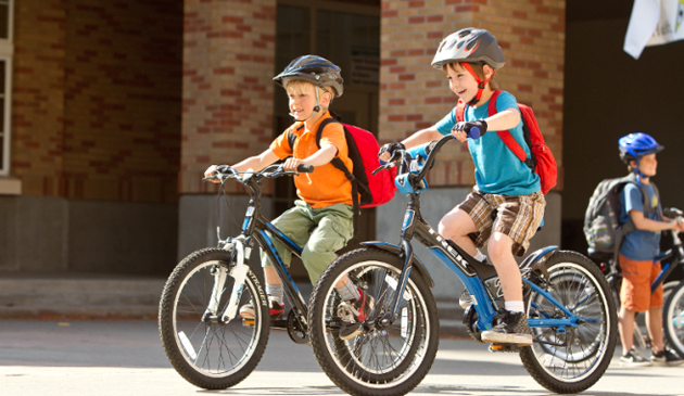 """Policja z Naperville wręcza dzieciom """"mandaty"""" za przepisową jazdę na rowerze"""