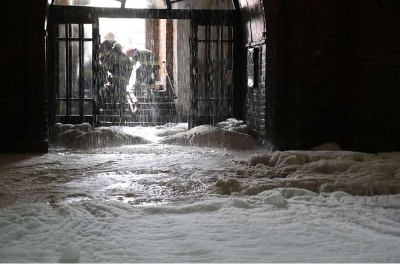 Gorzów Wlkp.: Ksiądz wykonał fotografie z wnętrza zalanej wodą i pianą katedry /FOTO/