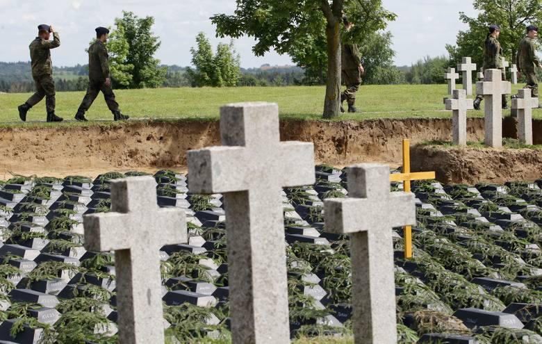 Uroczysty pochówek ofiar wojny, ekshumowanych na toruńskich Glinkach