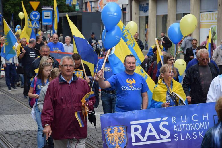 """Ponad 1,5 tys. osób wzięło udział w sobotnim """"Marszu Autonomii"""". Zbierano podpisy o zarejestrowanie Śląskiej Partii Regionalnej"""