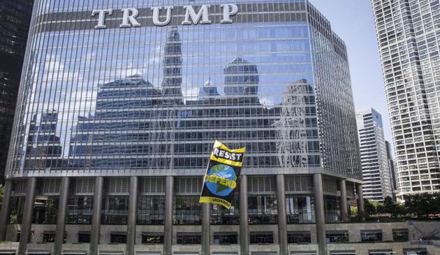 Aresztowano aktywistów Greenpeace za rozwieszenie baneru na Trump Tower w Chicago