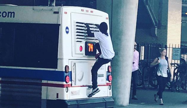 Mężczyzna jechał na dachu autobusu CTA
