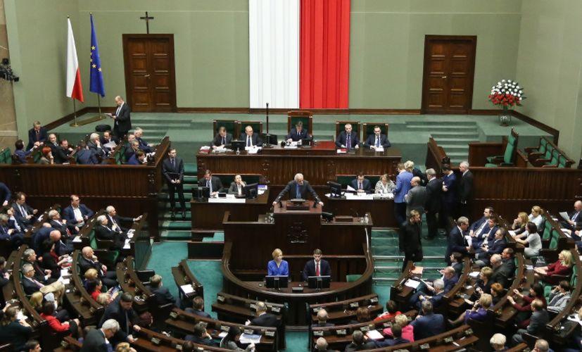 """PiS chce kar finansowych dla parlamentarzystów za """"naruszenie powagi"""". Czy to kolejny kaganiec na posłów opozycji?"""