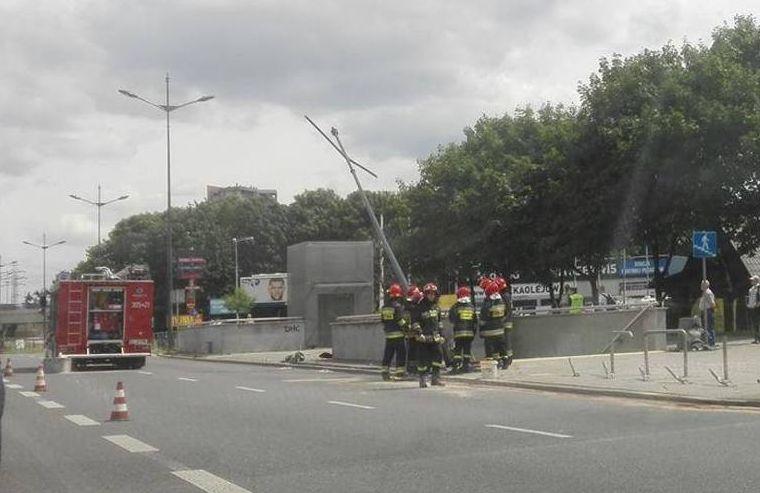 Łódzkie: Wypadek na al. Piłsudskiego. Samochód uderzył w latarnię
