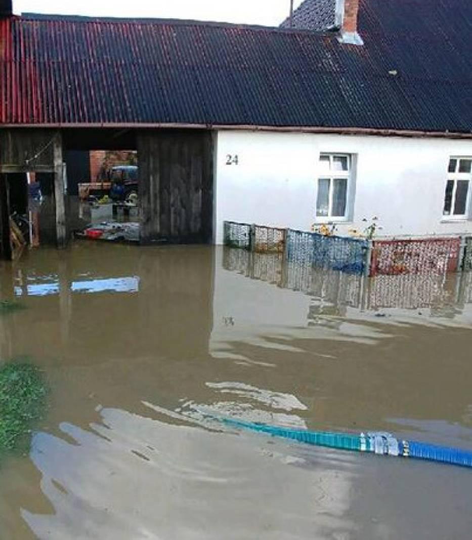 Nadal trudna sytuacja powodziowa we wsi Porzecze w gminie Darłowo