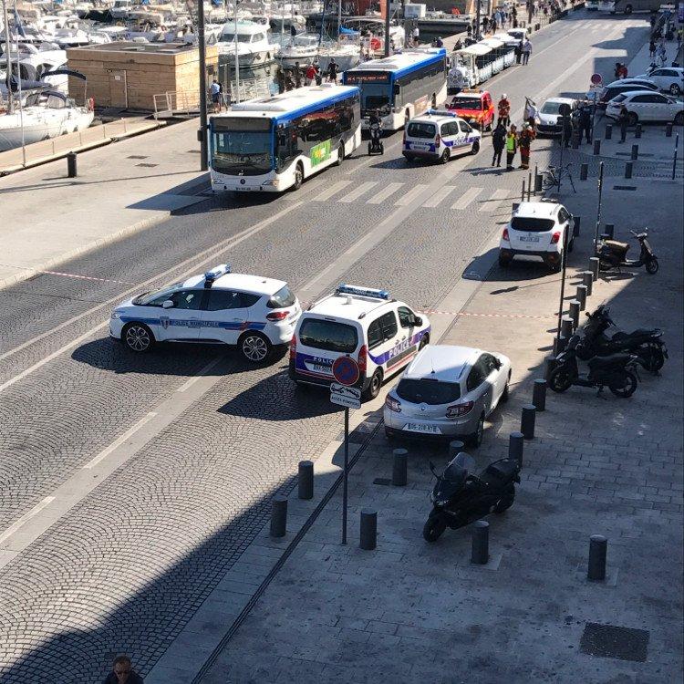 Marsylia: samochód wjechał w przystanki autobusowe